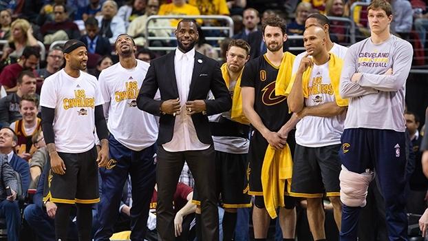 Jogador profissional e treinador nas horas vagas: LeBron James banca o técnico em partida dos Cavs