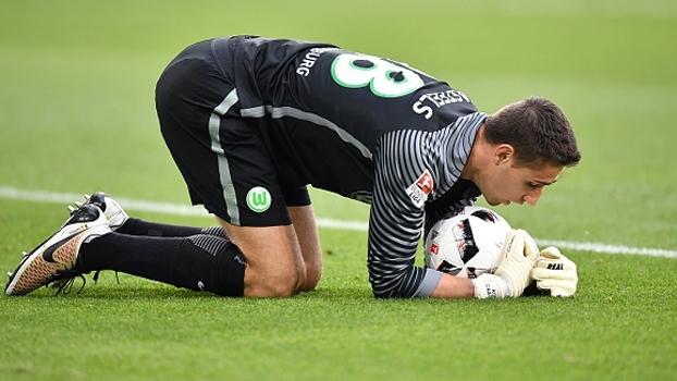 Goleiro do Wolfsburg defende chute de Lewandowski e, no reflexo, ainda pega o rebote de Müller