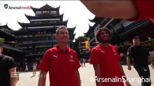 Elenco do Arsenal aproveita a China ao máximo, exibe troféu, e ainda faz Özil se aventurar falando e lutando; veja
