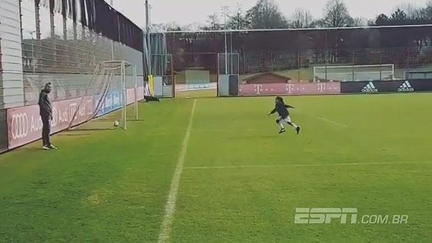 Arturo Vidal faz gol impossível em treino do Bayern e leva filho à loucura