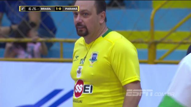 Festa, camiseta curta e muito suor: veja lances de Alê Oliveira no Jogo das Estrelas de futsal