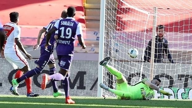 Não é assim! Brasileiro Jemerson fura feio e Toulouse faz o gol no Monaco