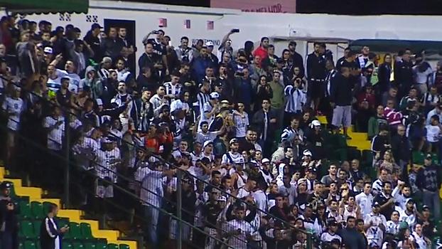Torcida organizada do Figueirense perde a paciência e protesta após derrota na Série B