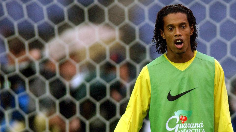 Ronaldinho brilhou muito até se aposentar em 2015; hoje é embaixador do Barcelona